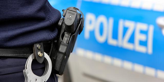 mik-Dienstpistole-Pistole-Handfessel-Handschellen-Waffe